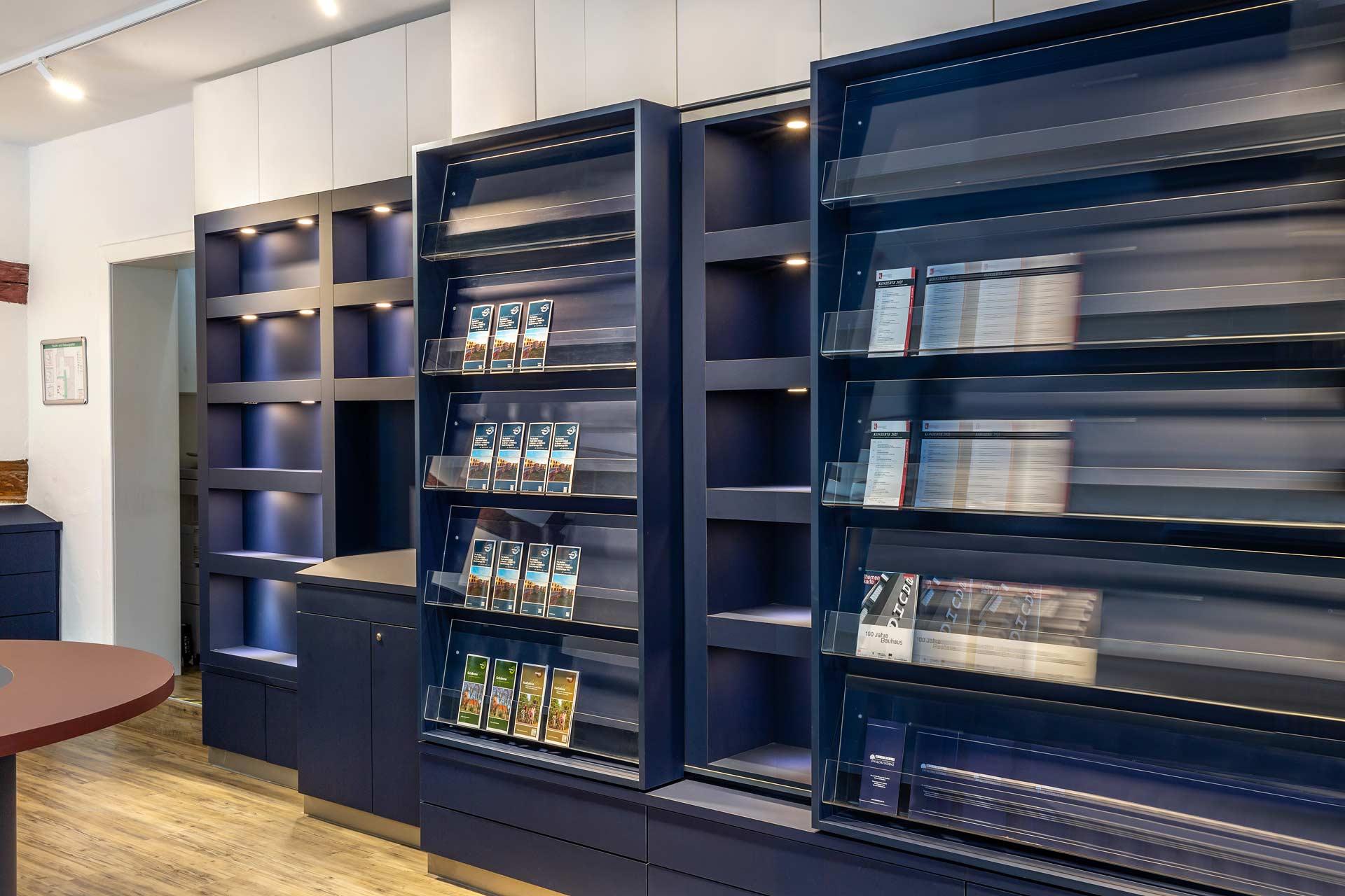 interior-fotografie-store-regale-pantoneblau