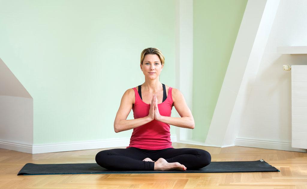 bildergebnis business fotograf yoga uebung schneidersitz