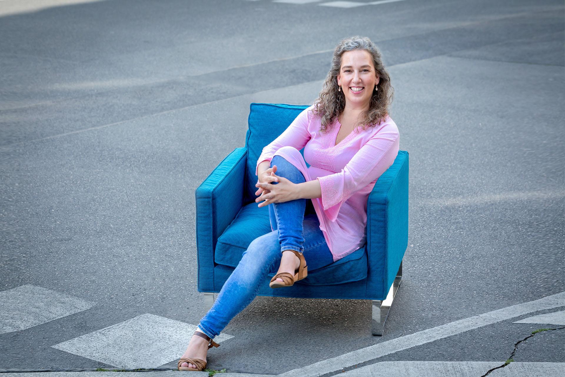 froehliches Businessportrait im Sessel auf der Strasse