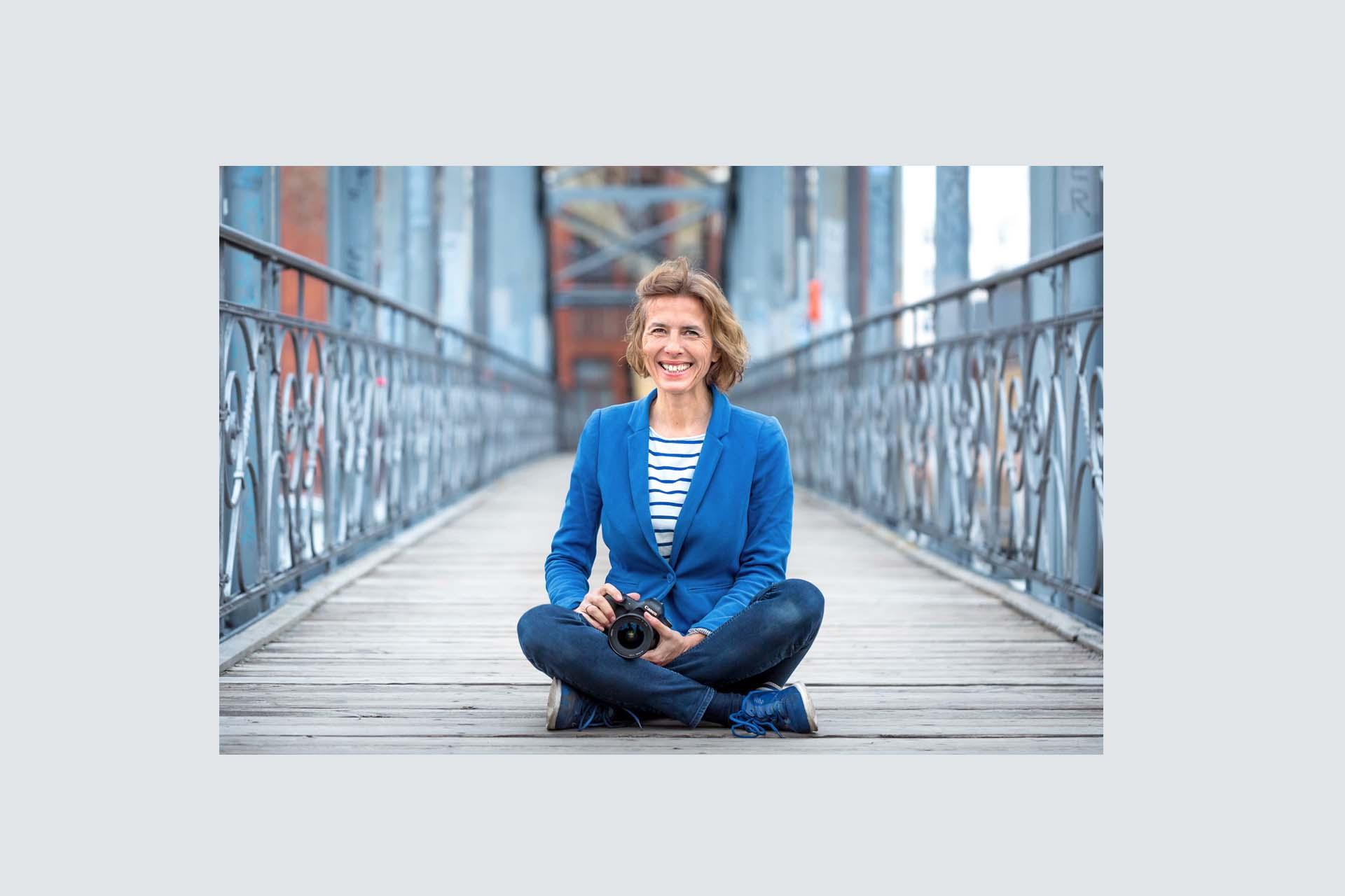 Businessfotografin Berlin Portrait auf der Brücke