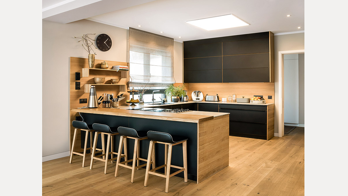 interieurfotografie-schwarze-kueche-mit-Holz