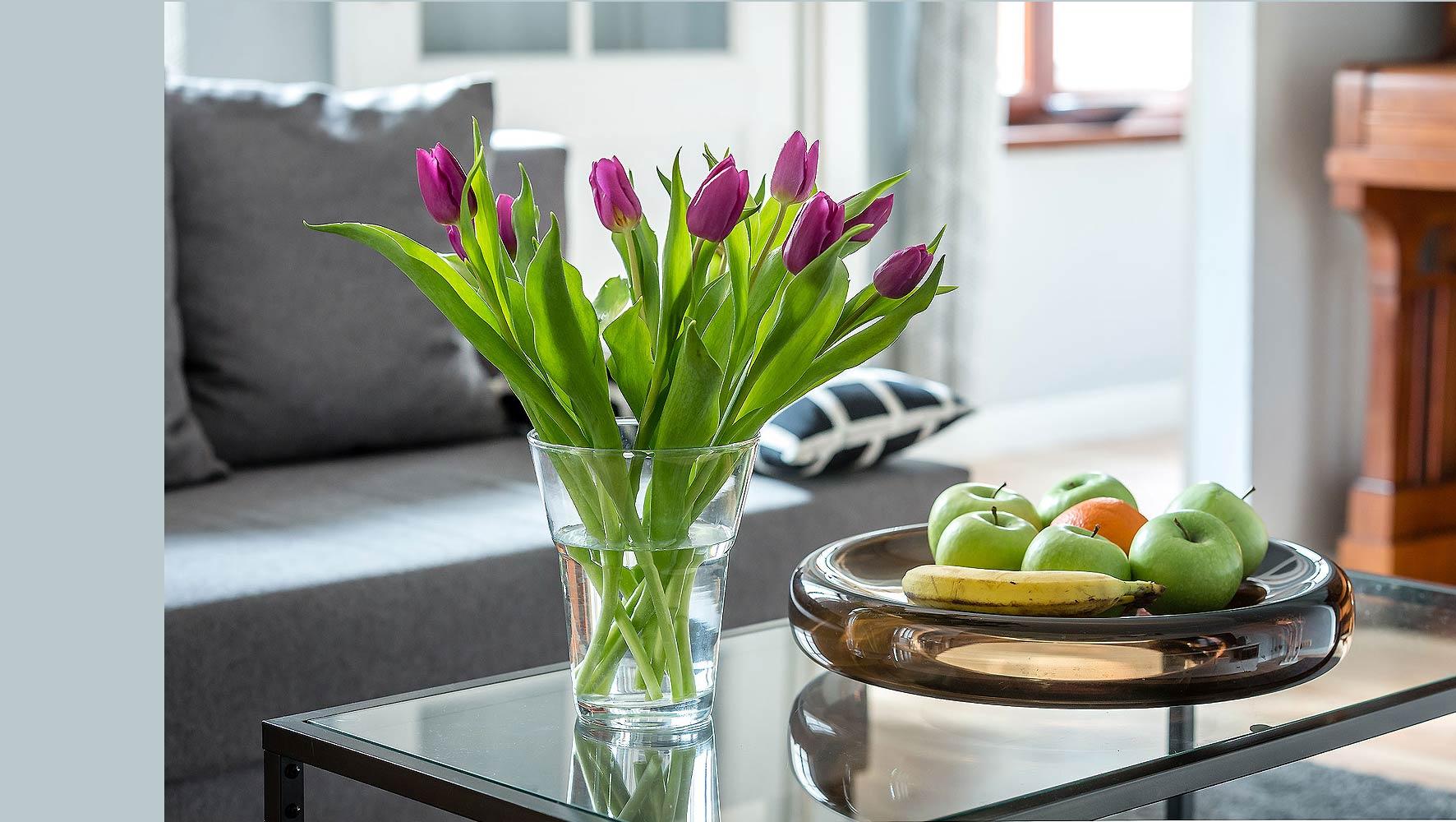 detail ferienwohnung sofa tulpen und obst