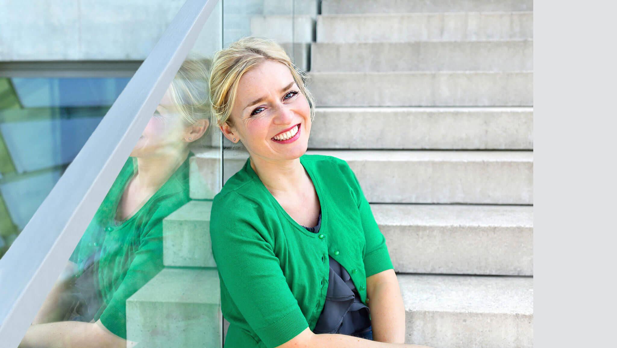 lockeres Businessportrait einer Frau auf der Treppe