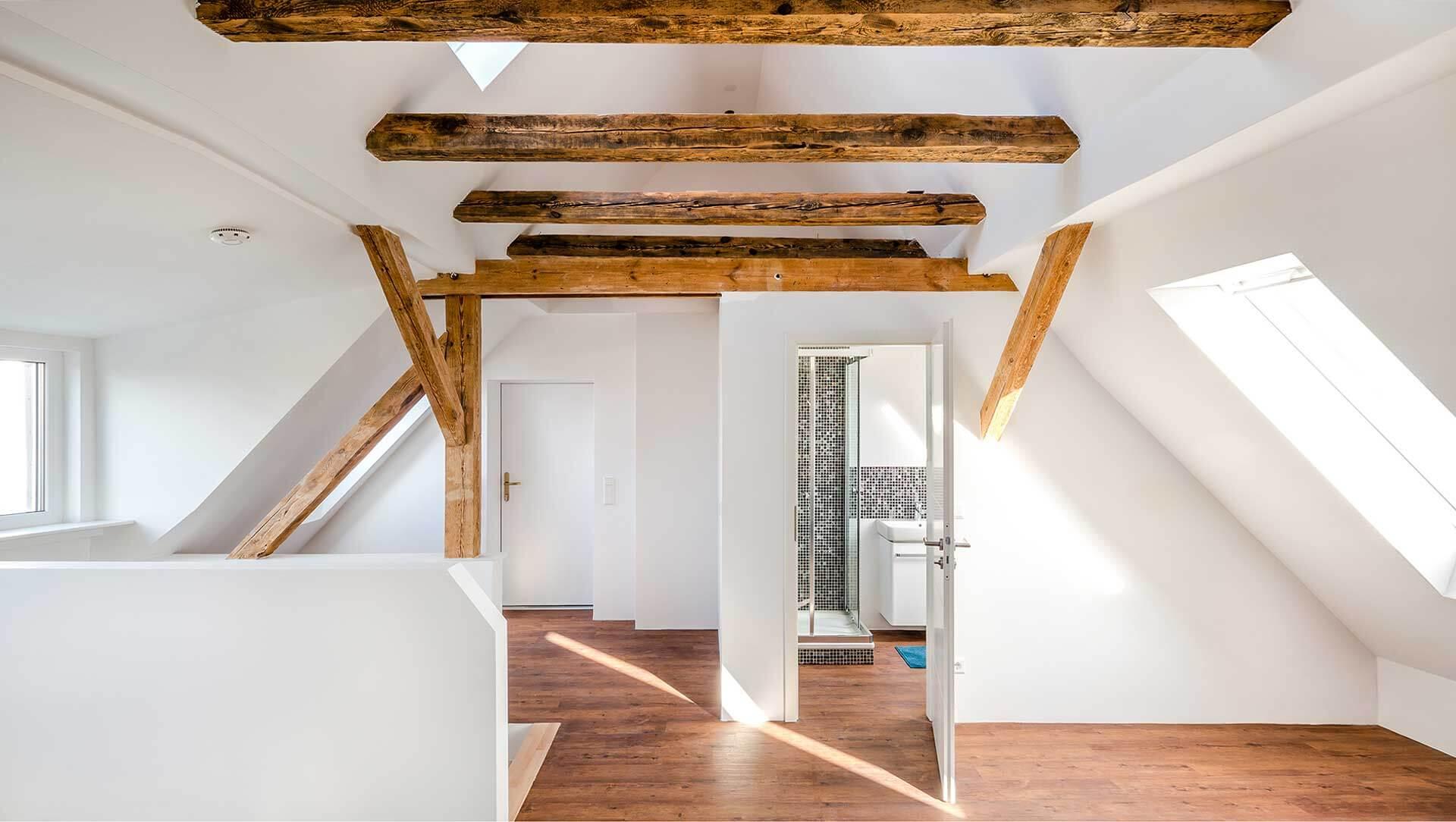 immobilienfotograf-berlin-dachgeschoss-mit-holzbalkenlz